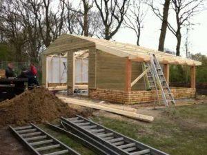 een houten schuur in aanbouw.